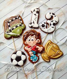 Хоккеисты были, настала очередь футболиста! ⚽⚽⚽ #пряникисанктпетербург #пряники #козулиспб #пряникиспб #сладкийстол #кэндибар… Cute Cookies, Sugar Cookies, Football Cookies, Mac And Cheese Homemade, Just Cakes, Cookie Designs, Royal Icing, Classroom Decor, Cookie Decorating