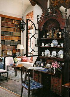 Bela sala e incrível escrivaninha...