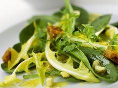 Das ist wirklich ein besonderer Salat! Salat aus Löwenzahn, Sauerampfer, Käse und Croutons - smarter - Zeit: 25 Min. | eatsmarter.de