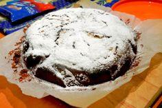 Torta fondente al cioccolato fondente 85%, yogurt al cocco, olio di semi, latte e mela.