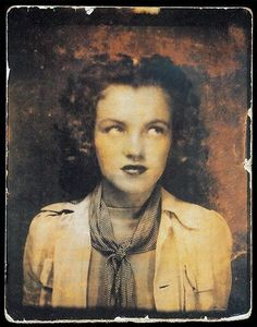 Rare self portrait of a twelve year old Marilyn Monroe (Norma Jean Baker) taken in a photo booth. Photo: The Gene London Collection. Rare Historical Photos, Rare Photos, Old Photos, Divas, Marilyn Monroe Age, Pin Up Retro, Joe Dimaggio, Actrices Hollywood, Portraits