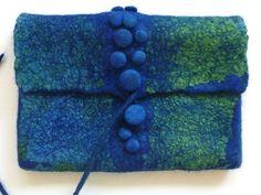 Klicken zum Schliessen - is this a fastening with bobbles and a cord? Nuno Felting, Needle Felting, Felt Purse, Felting Tutorials, Felt Fabric, Handmade Felt, Felt Art, Felt Crafts, Wool Felt
