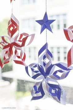 Try these patriotic of July crafts to deck out your home in red, white, and blue. These Fourth of July crafts for kids and adults are the best way to celebrate. Memorial Day Decorations, 4th Of July Decorations, Paper Decorations, Fourth Of July Decor, 4th Of July Party, 4th Of July Wreath, July 4th, Fourth Of July Crafts For Kids, 4. Juli Party