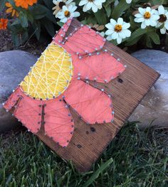 This Adorable String Art Flower stands alone or can be hung (request a hanger if needed) comes as shown if you would rather have the flower base be a different color Convo us. Sized at Aprox 6 x 7 x 1 on stained pine. Fun Crafts For Teens, Art For Kids, Diy Wall Art, Diy Art, Wall Decor, Glitter Wall Art, String Art Templates, Nail String Art, Easy Art Projects