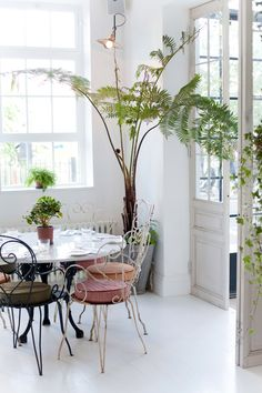 Greenhouse inspired restaurant interior with white floors and rustic furniture Retro Living Rooms, Home And Deco, Interior Exterior, Restaurant Design, Eclectic Restaurant, Interiores Design, Decorating Your Home, Beautiful Homes, Home Goods