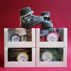 Ab sofort werden auf Wunsch meine handgestrickten Babyschühchen in diesen schönen Geschenk-Schachteln verschickt. NETTE auf @palundu Schmuck Design, Ab Sofort, Tableware, Creative Products, School Stuff, Potholders, Boxes, Knitting And Crocheting, Dinnerware