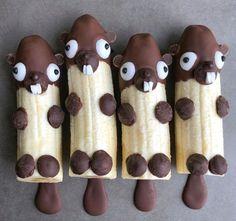 Chocolate-dipped bananas for kids& buffet. Chocolate-dipped bananas for kids& buffet. Chocolate-dipped bananas for kids& buffet. Cute Snacks, Snacks Für Party, Chocolate Dipped Bananas, Banana Snacks, Banana Treats, Banana Fruit, Banana Recipes, Food Art For Kids, Kids Food Crafts
