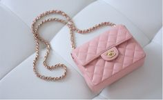 Faites-vous plaisir avec cette magnifique pochette girly signée Chanel. // www.leasyluxe.com #sweet #hautecouture #leasyluxe