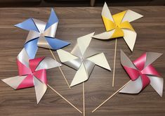 Pinwheel Decorations, Diy Pinwheel, Paper Decorations, Diy Decoration, Fun Crafts To Do, Summer Crafts, Hobbies And Crafts, Home Renovation, Hanging Paper Flowers