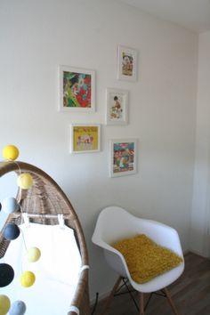 Woonkamer met originele muurschildering tekst op de muur door buro flip - Deco toilet ontwerp ...