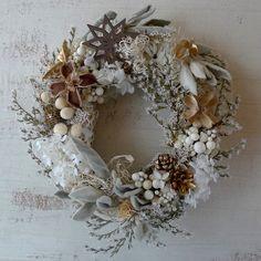 真っ白なプリザーブドのアジサイとタタリカ、ラムズイヤーなど優しい白い花をリースにしました。もうすぐやってくる雪の季節、秋の実物もクリスマスのイメージでゴールド...|ハンドメイド、手作り、手仕事品の通販・販売・購入ならCreema。
