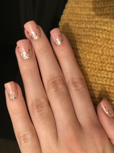 Soft pink, short square nails with ombre glitter for the holidays! Love it 💕