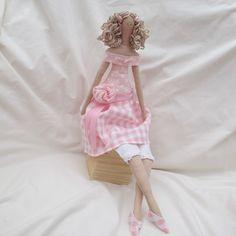 Questa bella bambola a mano è basato su un modello Tilda ed è stata fatta interamente da me.  Lei ha un posto abbastanza rosa dalla parte superiore della spalla con una gonna di controllo rosa incantevole contrasto con smalll controllo nastro cravatta e un bel tessuto rosa rosa. Sotto il vestito sono leggings di pizzo piuttosto rifilato. Lei ha i capelli ricci biondi con due piccoli fiori rosa.    Sui suoi piedi sono un paio di scarpe di controllo piuttosto rosa decorato con piccole rose…