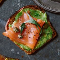 We've perfected a list of copycat recipes for some popular seafood restaurant dishes to inspire you! Try these heart healthy favorites. Avocado Toast, Salmon Avocado, Avocado Salat, Smoked Salmon, Salmon Lox, Healthy Desayunos, Healthy Snacks, Healthy Eating, Healthy Recipes