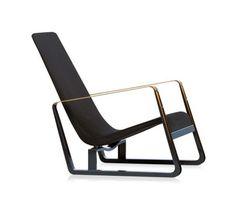 """Imaginé par le designer Jean Prouvé pour Vitra, """"Cité"""" est un fauteuil devenu un classique du design. Il a été conçu dans le cadre d'un concours pour l'ameublement des chambres de la Cité Universitaire de Nancy. Ce fauteuil se distingue par ses lignes dynamiques et ses patins en tôle pliée laquée, caractéristiques du designer, et…"""