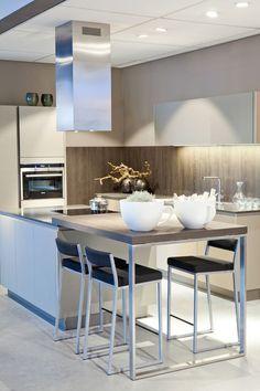 Een keuken met kookeiland is een veel gekozen keukenopstelling. Bekijk de 25 voorbeelden van deze opstelling. Van groot tot klein en van simpel tot luxe.
