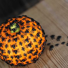 50 Cheap and Easy Outdoor Halloween Decor DIY Ideas - Prudent Penny Pincher Dollar Store Halloween, Cheap Halloween, Outdoor Halloween, Halloween Pumpkins, Halloween Crafts, Halloween Tricks, Halloween Wreaths, Spooky Halloween, Halloween Ideas
