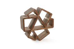 Tuuk es una dinámica estantería para la pared, diseñada en base a la repetición de dos piezas, colocadas en trías y superpuestas entre sí. Creando siete espacios de guardado con diferentes dimensiones, diversificando las posibilidades de uso.