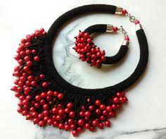 Collar negro con piedras rojas