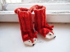 How sweet are these? ❤️ Fox Socks(Finnish Free Pattern) Oh. How sweet are these? Knitting For Kids, Crochet For Kids, Knitting Socks, Free Knitting, Knitting Projects, Baby Knitting, Crochet Baby, Crochet Projects, Knit Crochet