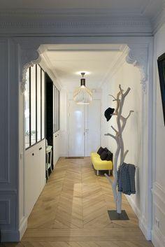 recibidores baratos, recibidor en el pasillo, banco tapizado amarillo, perchero de pie tipo árbol, suelo con parquet