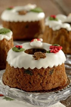 On snowy days, enjoying these desserts with a cup of hot cocoa can a very joyful thing. Christmas Cake Decorations, Christmas Deserts, Christmas Cupcakes, Creative Desserts, Fun Desserts, Bunt Cakes, Vintage Sweets, Pan Dulce, Cake Decorating Techniques
