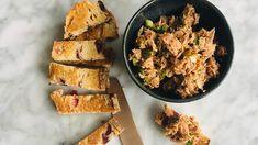 Tonijnsalade maken met yoghurt peterselie en kappertjes, gezonde salade van tonijn zonder mayo. Hóe makkelijk. Yoghurt, Cornbread, Lunch, Ethnic Recipes, Food, Millet Bread, Eat Lunch, Corn Bread, Lunches