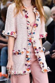 Chanel at Paris Fashion Week Spring 2015 - Details Runway Photos Couture Mode, Style Couture, Couture Details, Fashion Details, Couture Fashion, Fashion Design, Chanel Fashion, Paris Fashion, New Fashion