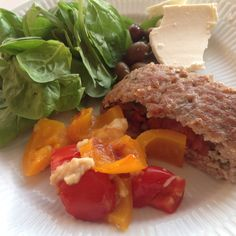 Italiensk farsbrød, spinatsalat og gratineret peberfrugt