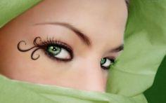 Cool.... curley eyeliner swirls.  Pretty.