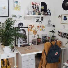 Instagram 上的 MAÏNA SUAREZ 🇫🇷:「 what's your fav song atm? Mine is Nonstop by Drake 🤙🏽 」 Dream Apartment, Cork Board Ideas For Bedroom, Aesthetic Room Decor, Sunglasses Storage, Art Desk, My Room, Dorm Room, Bedroom Inspo, Bedroom Decor