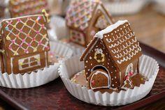 73 DIY Small Christmas Gingerbread House Cookies for Kids Christmas Gingerbread House, Gingerbread Cake, Christmas Sweets, Christmas Baking, Christmas Cookies, Christmas Holidays, Gingerbread Houses, Merry Christmas, White Christmas