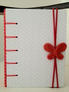Caderno artesanal medindo 16x11cm, forrado em tecido na capa e contra capa, bolso interno, 240 pginas de papel no pautado colorido, costura aparente com tcnica milenar de encadernao, fechamento em els...