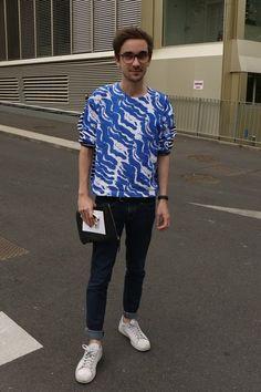 Street Style - Semana de moda de Paris: camiseta Petit Bateau, calça Cheap Monday, clutch Another Stories, tênis adidas