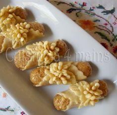 cigares aux amandes Cookie Desserts, Cookie Recipes, Dessert Recipes, Eid Cake, Tunisian Food, Algerian Recipes, Biscuit Cookies, Small Cake, Arabic Food