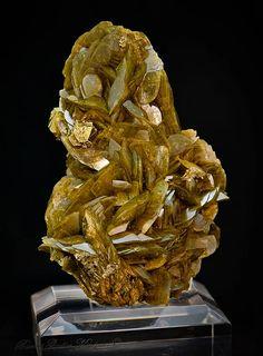 Chalcopyrite sur Sidérite   Barras-Gautier-Min. Minions, Collections, Crystals, The Minions, Minions Love, Minion Stuff
