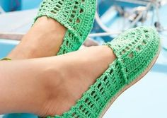 Crochet espadrilles, a love affair. Do you love crochet espadrilles? Check out crochet patterns for espadrilles en where to buy espadrille soles Crochet Sandals, Crochet Boots, Crochet Slippers, Crochet Clothes, Crochet Jacket, Lace Jacket, Crochet Dishcloths, Crochet Diy, Tongs Crochet