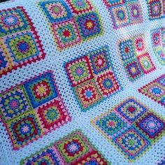 This pattern is for a giant granny square blanket. The amount of yarn you need depends on how you arrange the colours. As there is no colour scheme in this pattern, you are free to arrange it any way Motifs Granny Square, Sunburst Granny Square, Granny Square Blanket, Granny Square Crochet Pattern, Crochet Borders, Crochet Granny, Crochet Blanket Patterns, Granny Squares, Free Heart Crochet Pattern