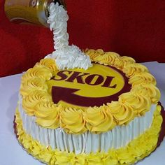 Bolo Skol de hoje doce de leite com ameixa. #skol #boloskol #bolocerveja Birthday Board, Birthday Cake, Cake Decorating, Desserts, Food, 30, Beer Birthday Cakes, Sprinkle Cakes, Savory Snacks
