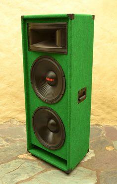 Como construir unas cabinas de doble parlante       Después de estudiar los parámetros más importantes  para lograr una caja acústica de bu...