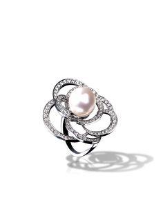 Chanel Bague Camélia en or blanc 18 carats, perle de culture et diamants.