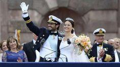 Happy winkt Carl Philip der jubelnden Menge. Sofia strahlt an seiner Seite