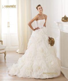 Pronovias presents the Licia bridal dress. Pronovias Wedding Dress, Wedding Dress Organza, Wedding Dress Necklines, Wedding Dress Train, Wedding Dresses 2014, Designer Wedding Dresses, Bridal Dresses, Wedding Gowns, Strapless Organza