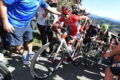 最大勾配22%の2級山岳ラ・アンティグアでは歩く選手も登場: photo:Tim de Waele