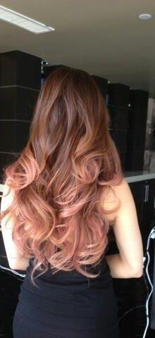 Esqueça o ombre hair loiro platinado. A tendência 2015 para os cabelos é a ombre hair rose gold. É como um dourado rosado, um pouco de pêssego, um pouco de violeta. O novo aqui está na utilização da cor nos cabelos, já que o rosa meio dourado já tem aparecido em objetos e acessórios. ...