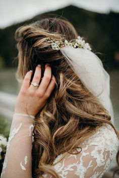 20 Ways to Wear a Veil With Your Wedding Hairstyle - Whether you're sporting a formal updo or long, loose waves, here's the lowdown on wedding hairstyles with veils. {Poppy & Bloom Floristry} White Wedding Flowers, Wedding Cakes With Flowers, Flower Bouquet Wedding, Floral Wedding, Winter Bridal Bouquets, Rustic Bridal Bouquets, Flower Crowns, Headpieces, Summer Wedding