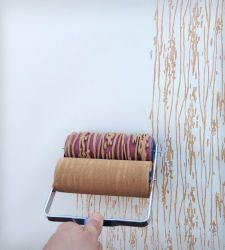 wood grain design patterned paint roller.         Boa ideia para decorar papeis  para embalagem de cor solida por exemplo!!