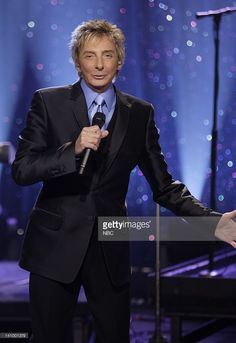 Musical guest Barry Manilow performs on October 31, 2007 -- Photo by: Paul Drinkwater/NBCU Photo Bank