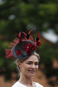 Royal Ascot 2019: extravagantes diseños de sombreros y tocados Kate Middleton, Color Celeste, Isabel Ii, Fascinator, Fashion Accessories, Crown, Jewelry, Hat, Pink Rug
