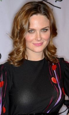Emily Deschanel The sister of someone as pretty as Zooey Deschenel has to look great, no matter what. Though her beauty is not really the highlight of her character in the crime show, Bones Emily Deschanel, See Emily Play, Robert Sean Leonard, David Boreanaz, Good Looking Women, Gillian Anderson, Female Actresses, Beautiful Hijab, Beautiful Women